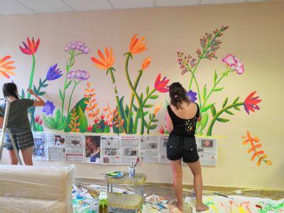 Malovaná rozkvetlá louka vítá pacienty na příjmu Nemocnice Podlesí ve Třinci