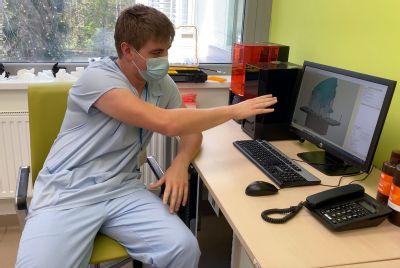 """Lékaři si sami vytisknou srdce pacienta a vyzkouší operaci """"nanečisto"""". V metodě, na jejímž počátku stál vánoční dárek, jsou v Česku průkopníci"""